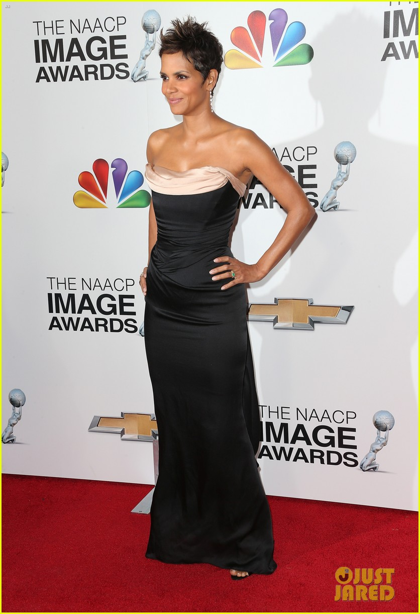 halle berry naacp image awards 2013 red carpet 05