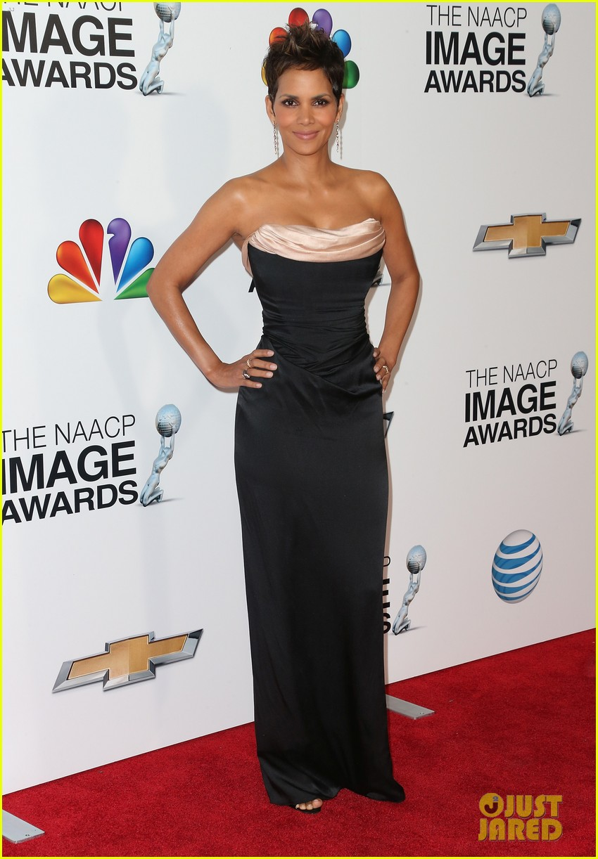 halle berry naacp image awards 2013 red carpet 07