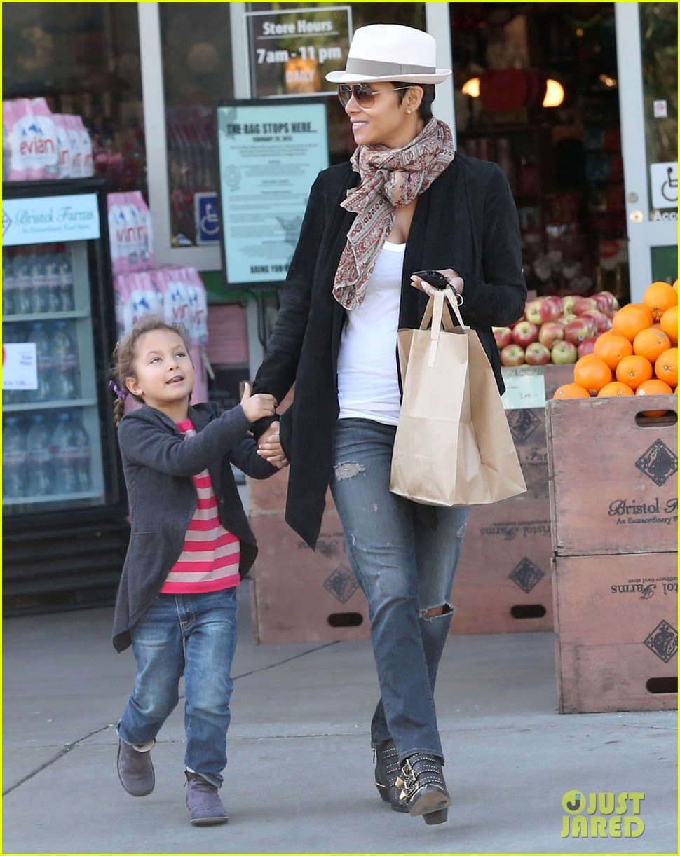 halle berry bristol farms stop with nahla 132811311