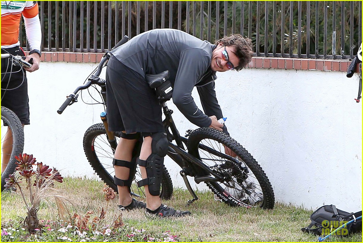 orlando bloom safety helmet on atladena bike ride 04
