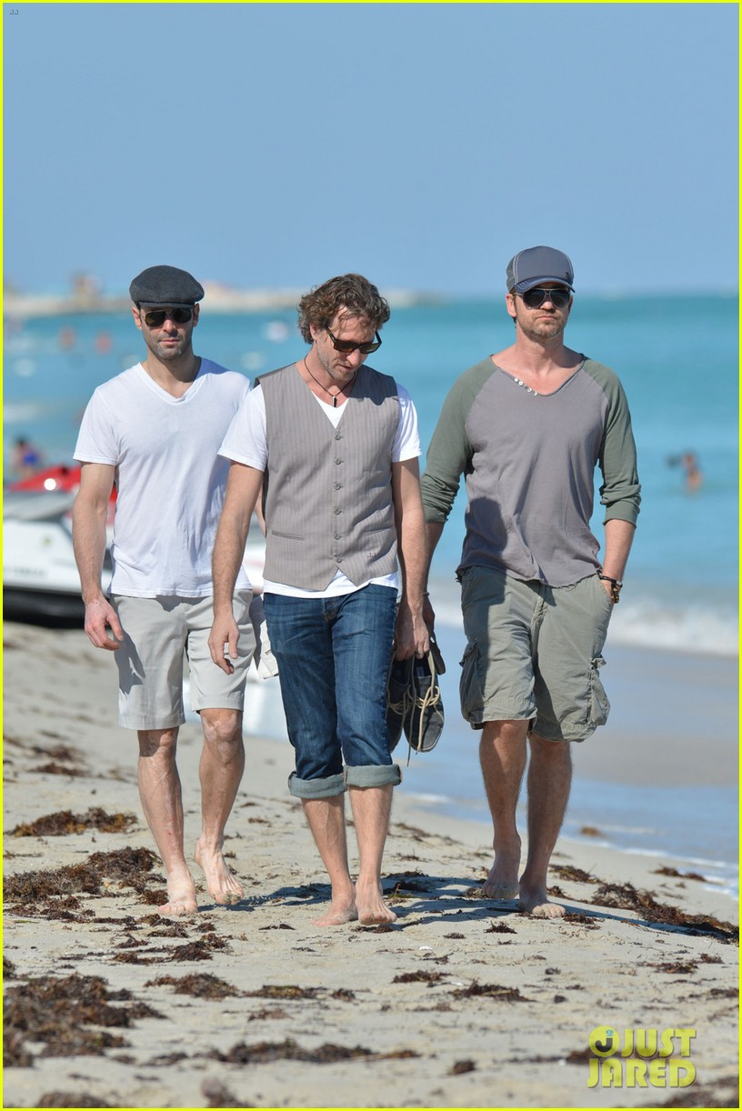 gerard butler miami beach stroll with friends 03