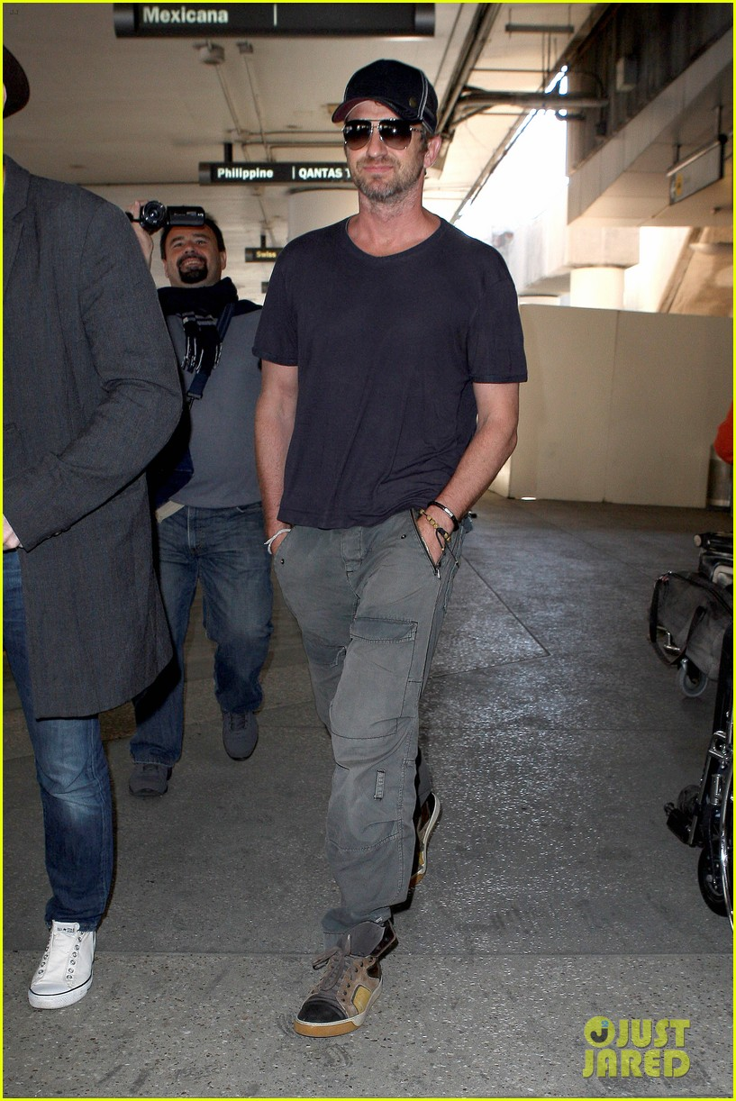 gerard butler solo lax arrival on valentines day 03