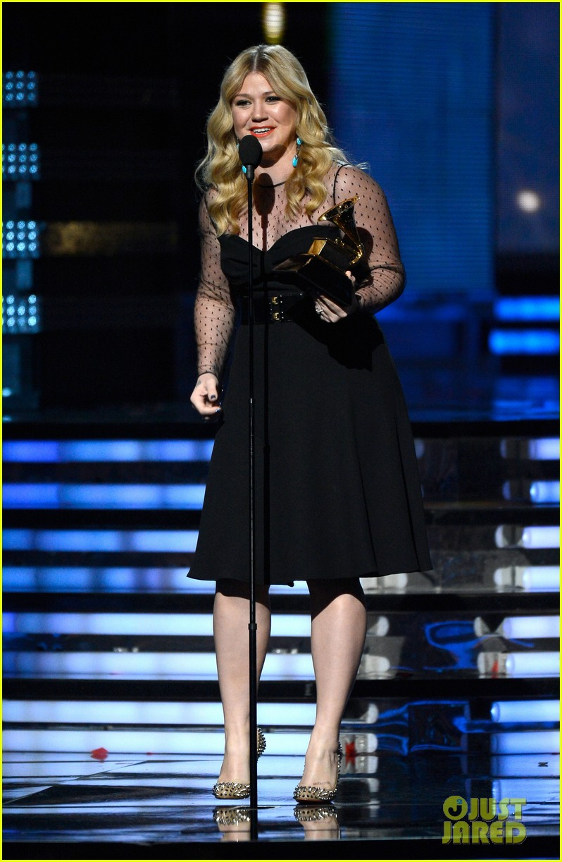 kelly clarkson grammys 2013 with brandon blackstock 01