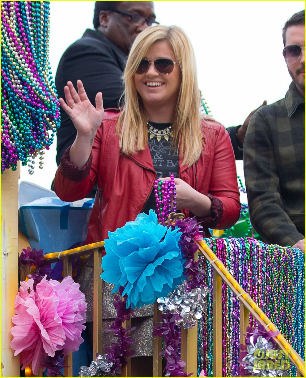 kelly clarkson mardi gras parade with brandon blackstock 022808452