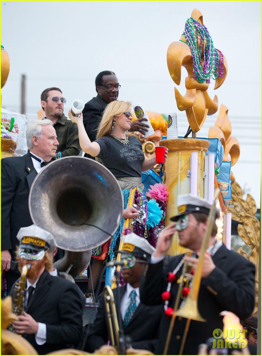 kelly clarkson mardi gras parade with brandon blackstock 19