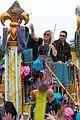 kelly clarkson mardi gras parade with brandon blackstock 11