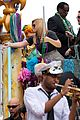 kelly clarkson mardi gras parade with brandon blackstock 14