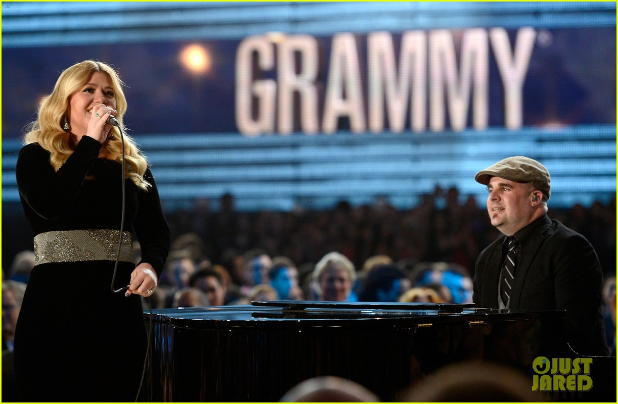 kelly clarkson grammys 2013 performance watch now 012809557