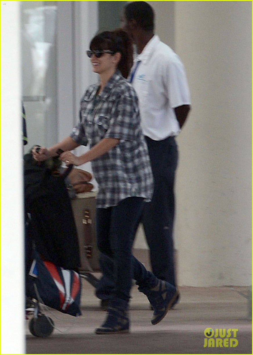penelope cruz baby bump in the bahamas 05
