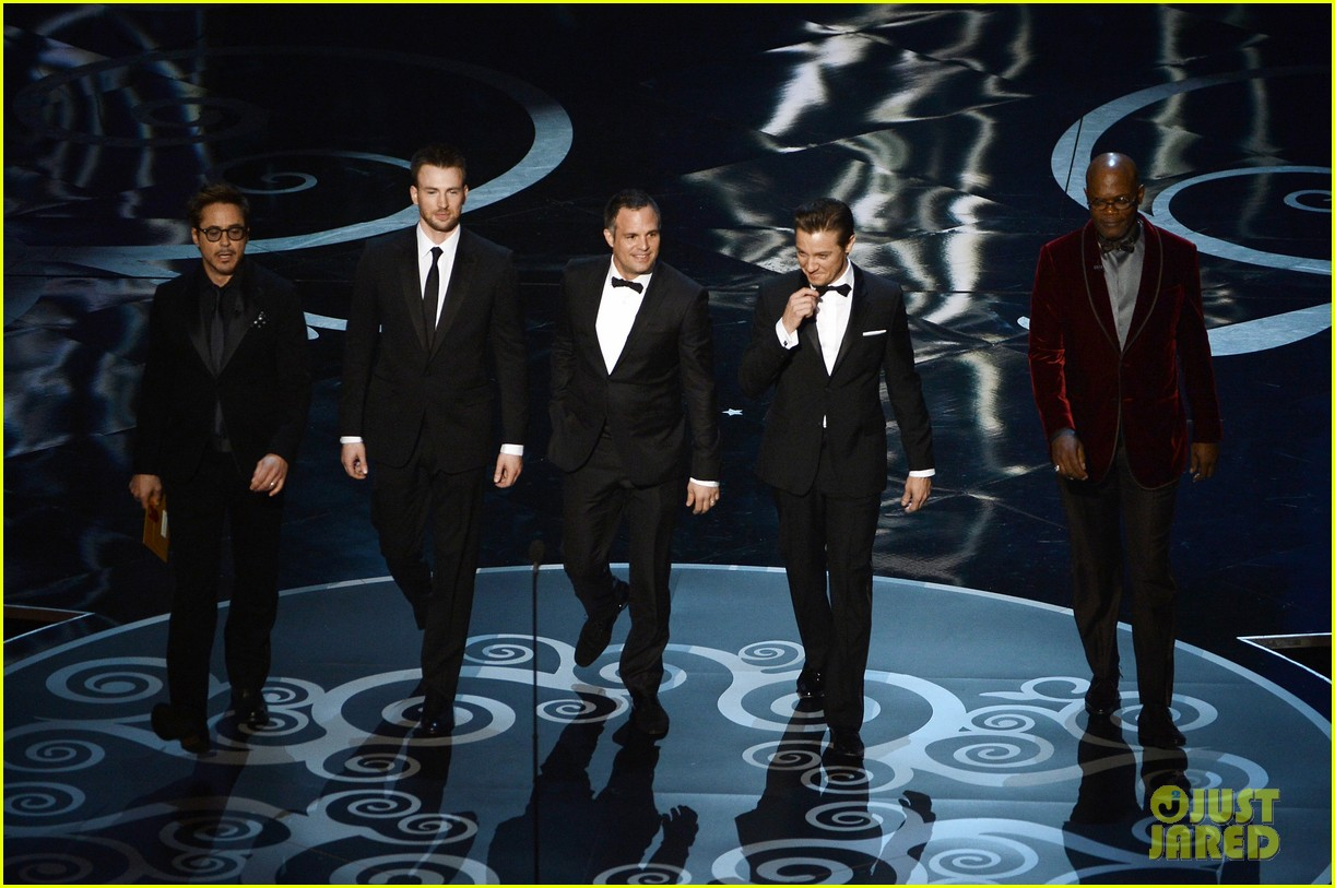 robert downey jr oscars 2013 with the avengers 04