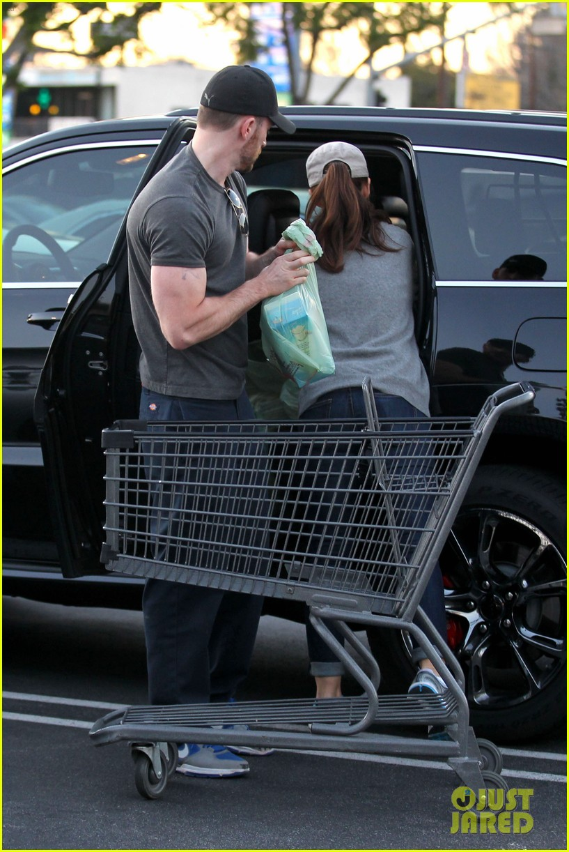 chris evans minka kelly valentines day grocery shopping 05