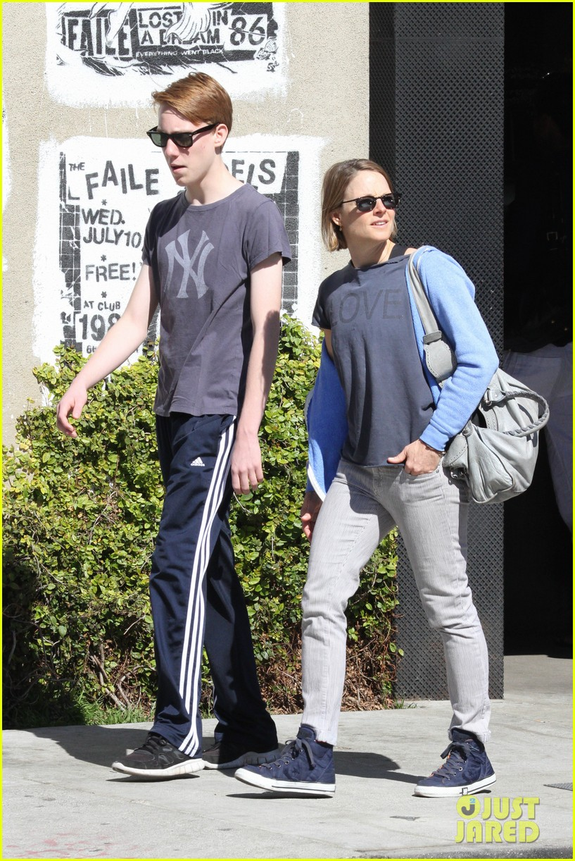 jodie foster venice beach breakfast with son charles 12