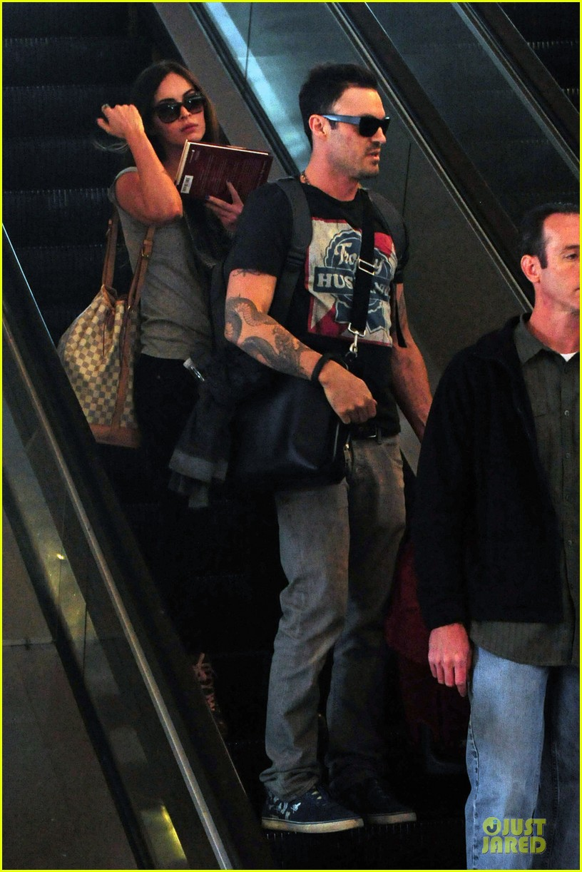 megan fox brian austin green book carrying lax departure 01