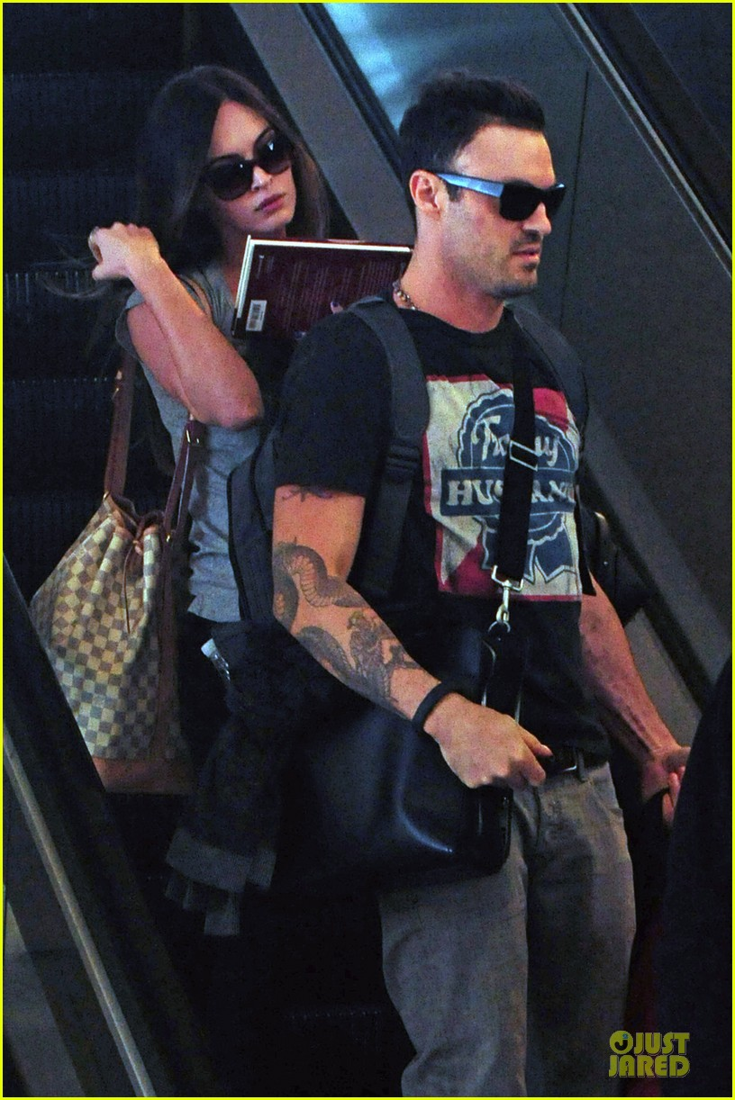 megan fox brian austin green book carrying lax departure 04