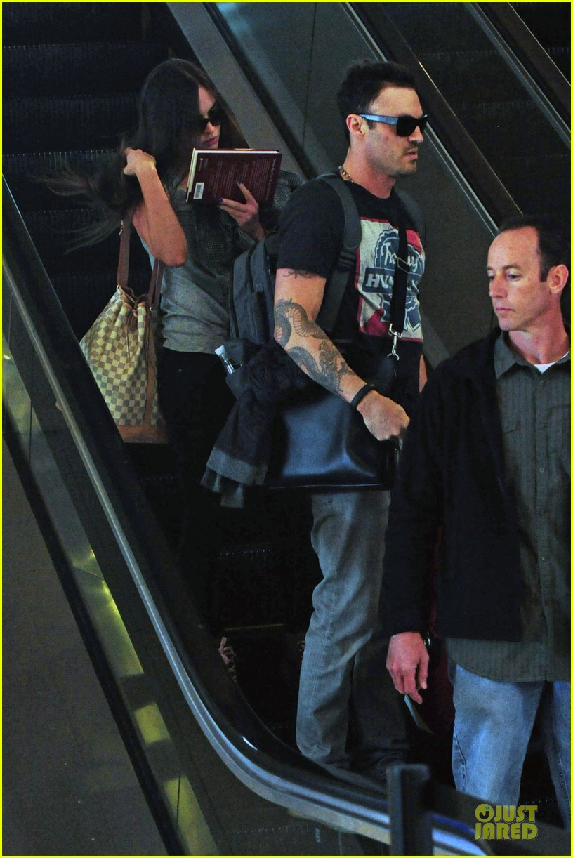 megan fox brian austin green book carrying lax departure 05