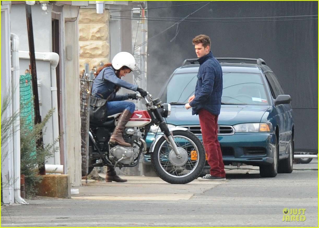 andrew garfield amazing spider man 2 set with motorcyclist shailene woodley 012821351