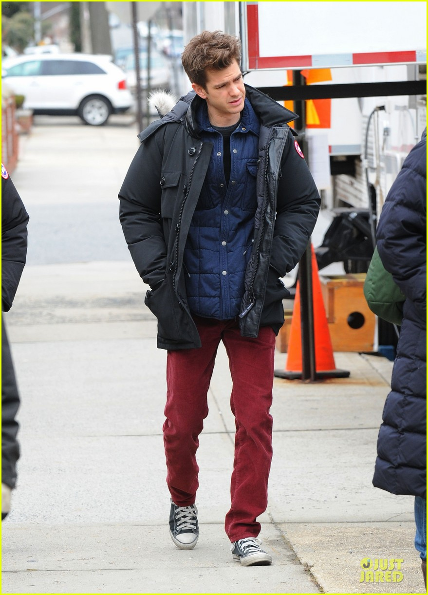 andrew garfield amazing spider man 2 set with motorcyclist shailene woodley 052821355