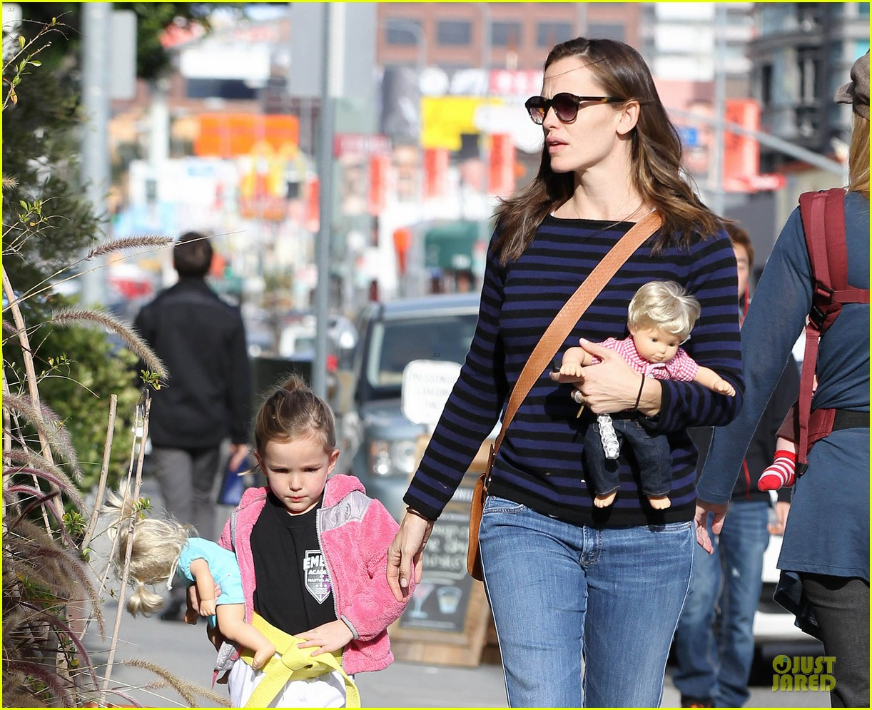 jennifer garner karate drop off with seraphina dolls 092803027
