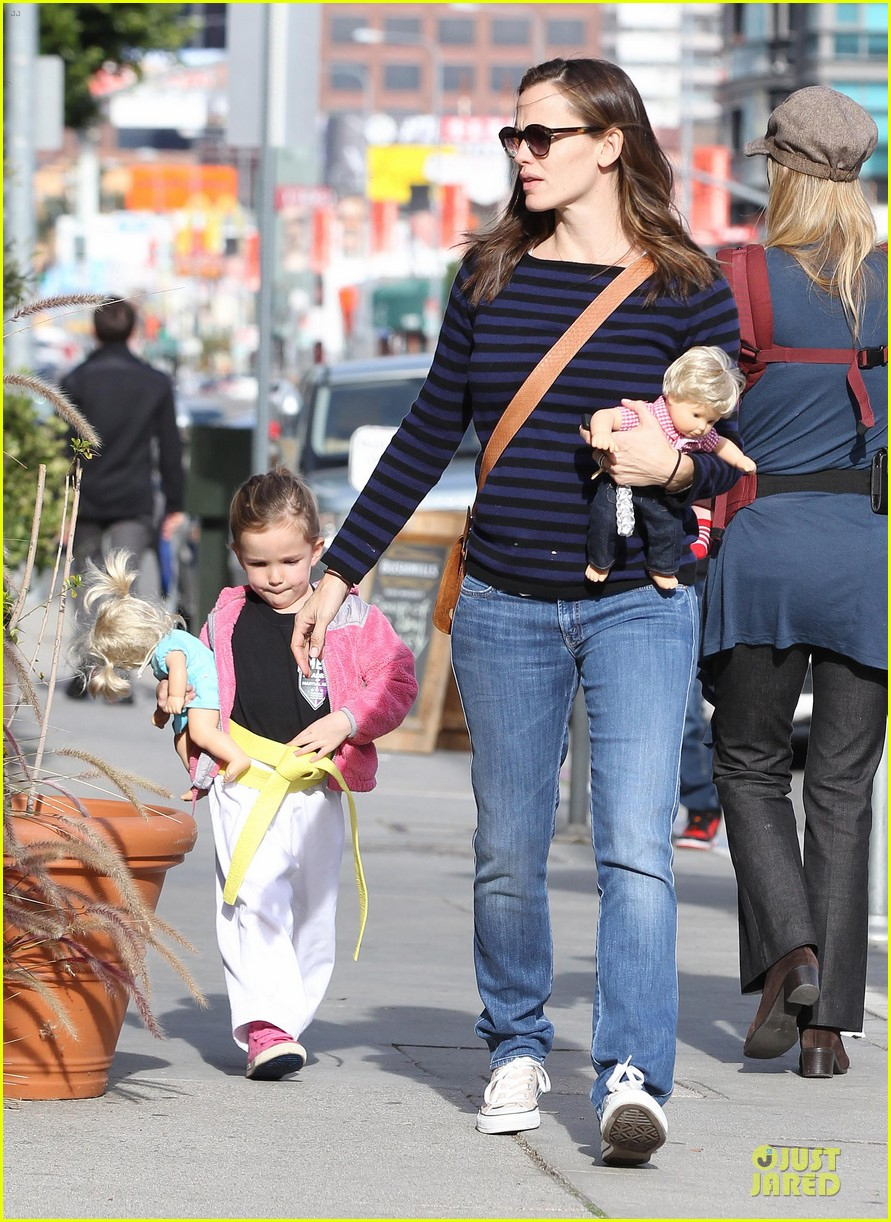 jennifer garner karate drop off with seraphina dolls 102803028
