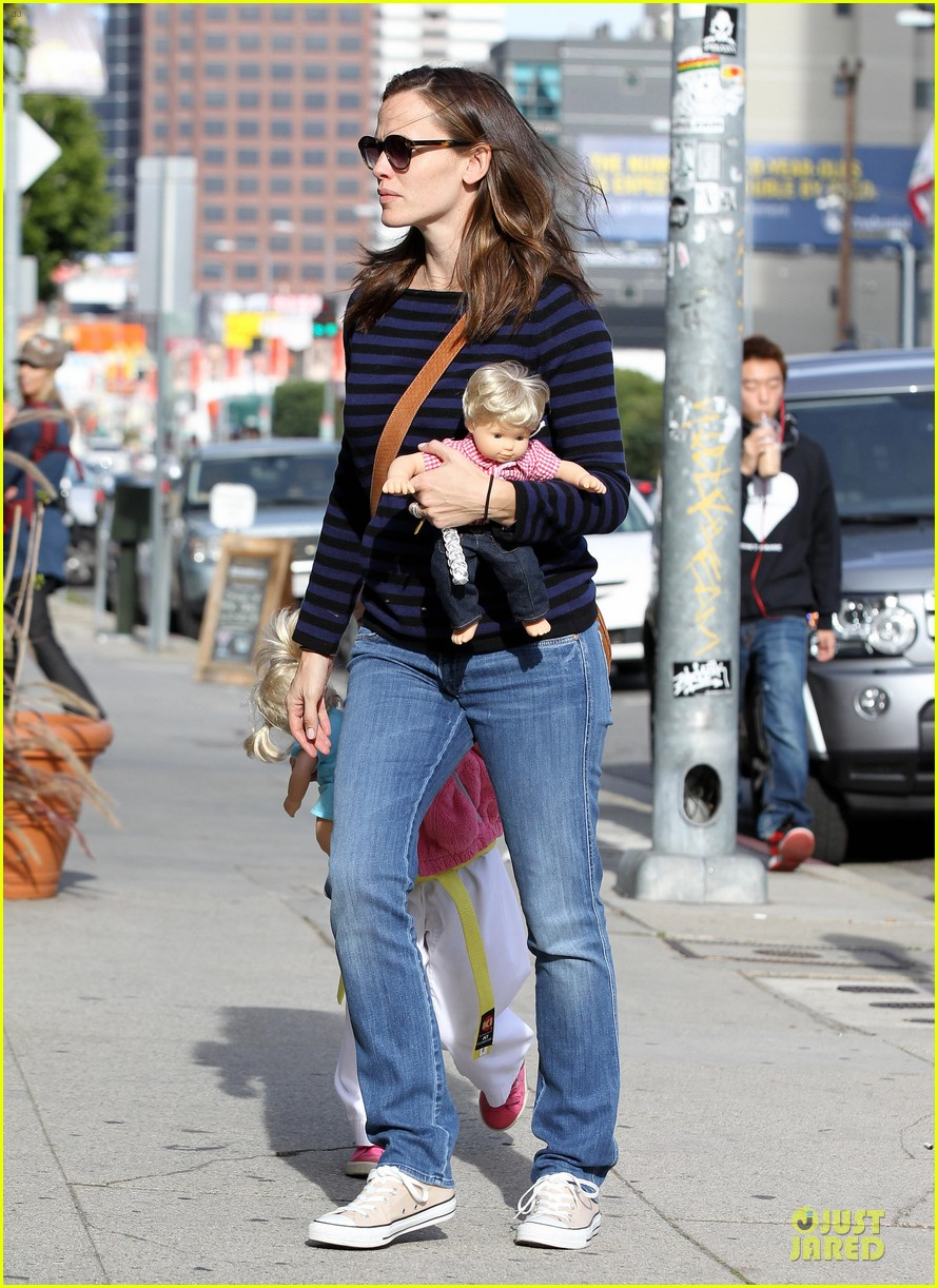 jennifer garner karate drop off with seraphina dolls 13