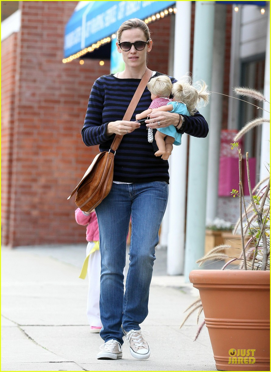 jennifer garner karate drop off with seraphina dolls 382803056