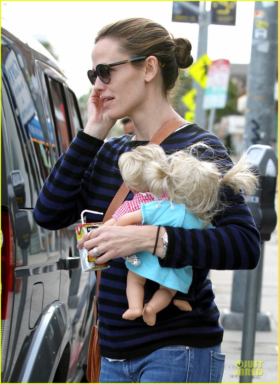 jennifer garner karate drop off with seraphina dolls 50