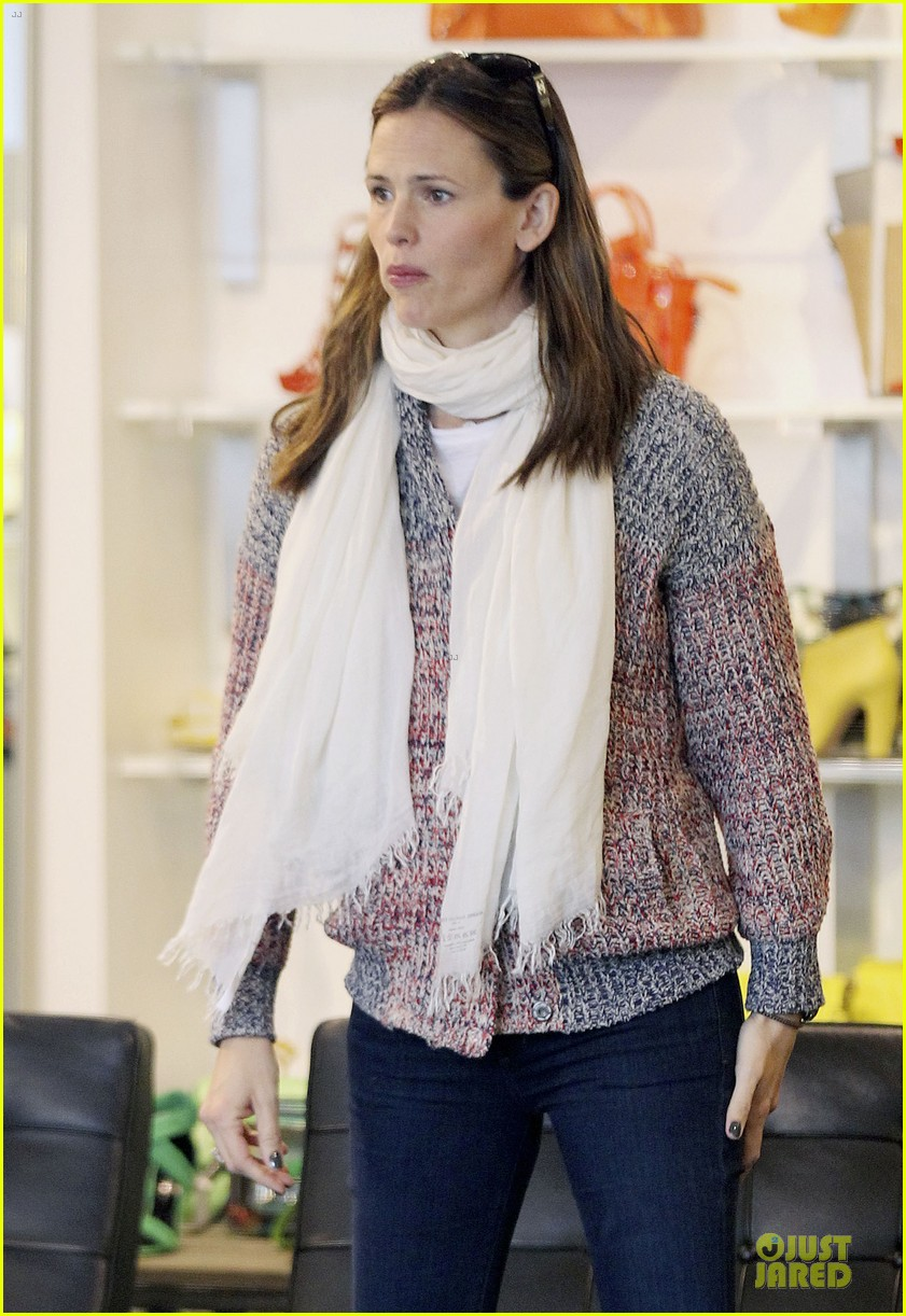 jennifer garner scarves shopping with sister susannah 30
