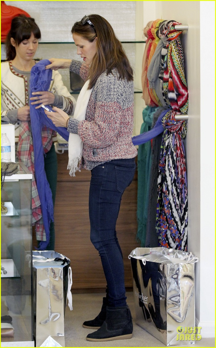 jennifer garner scarves shopping with sister susannah 322807507
