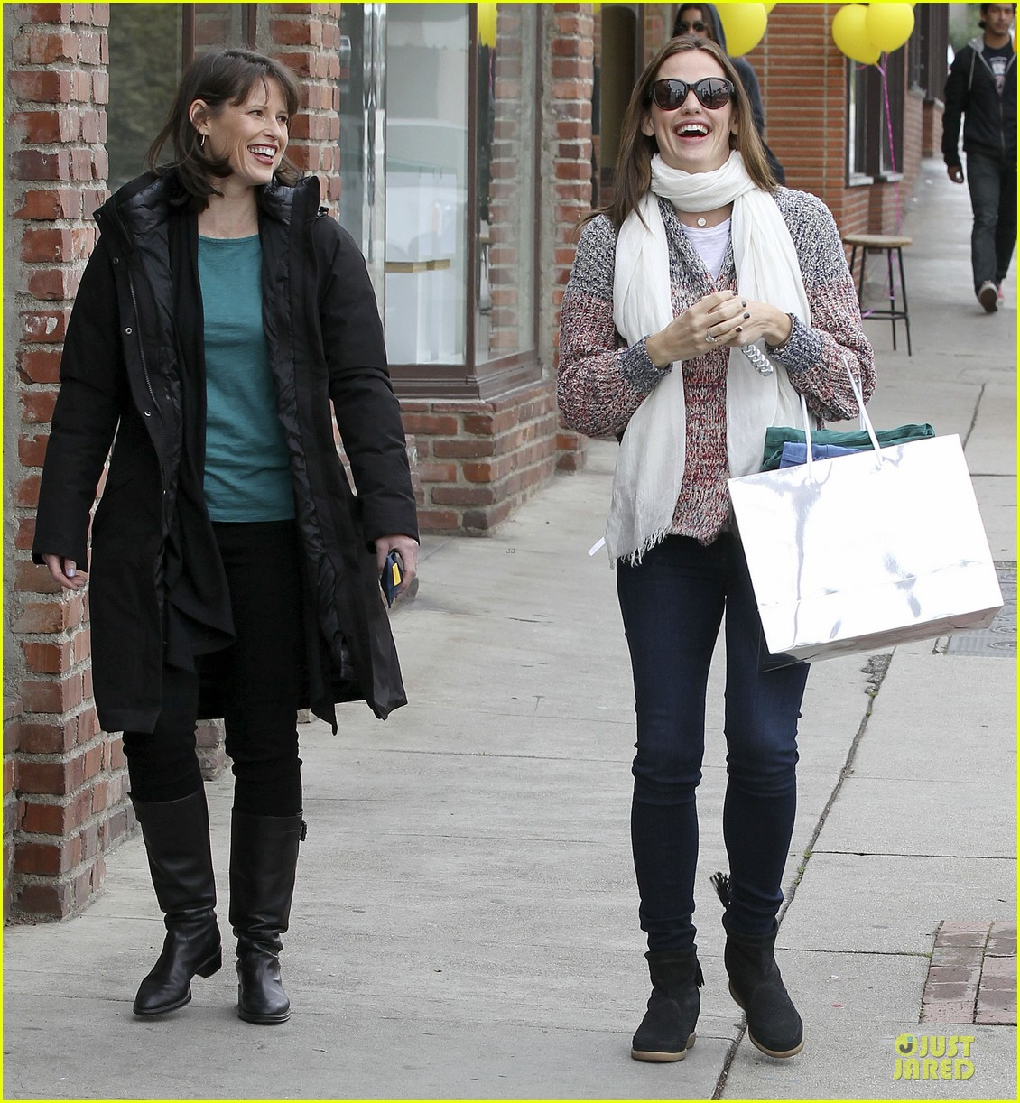 jennifer garner scarves shopping with sister susannah 40