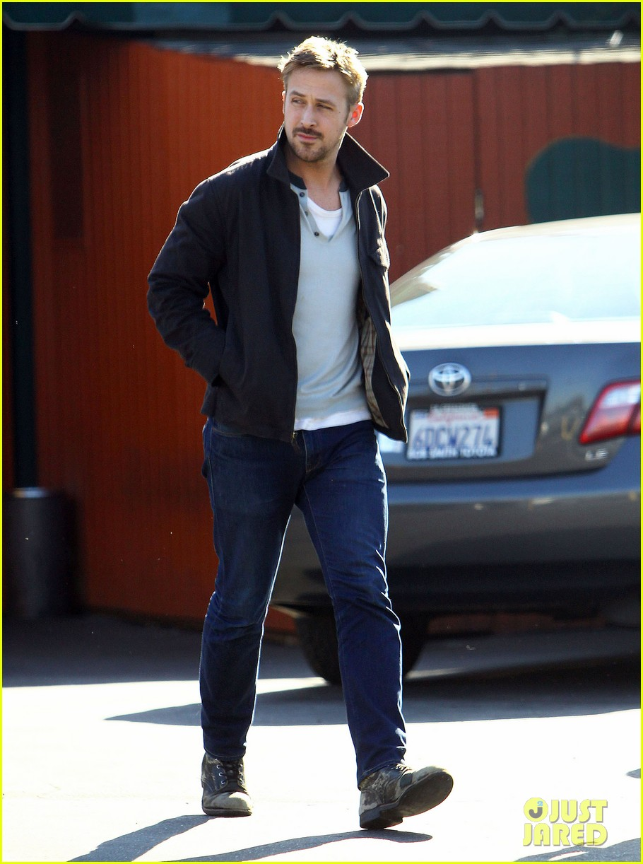ryan gosling grabs lunch eva mendes hugo head out 05