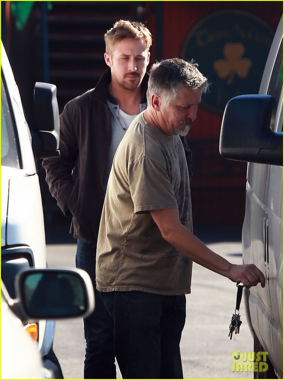 ryan gosling grabs lunch eva mendes hugo head out 27