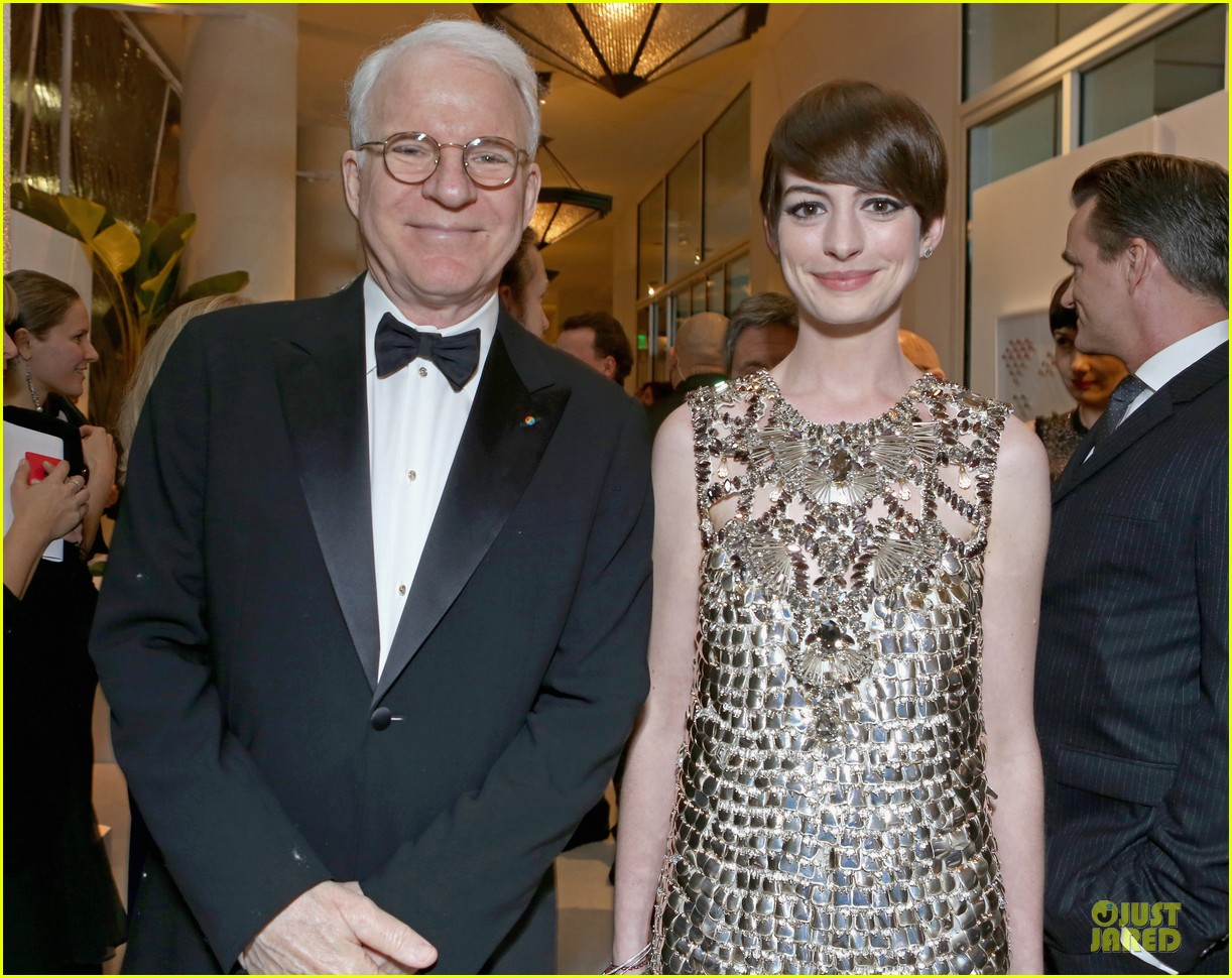 anne hathaway cdg awards 2013 red carpet 04
