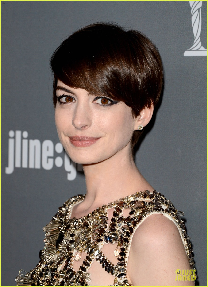 anne hathaway cdg awards 2013 red carpet 082815447