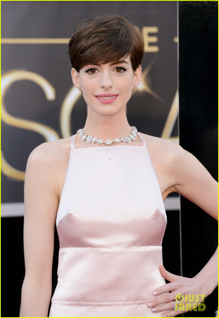 anne hathaway oscars 2013 red carpet 06