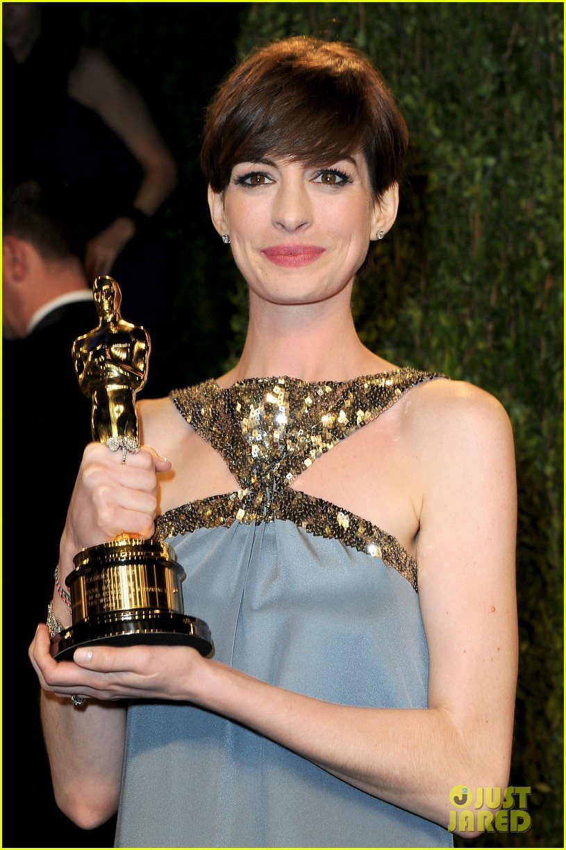anne hathaway adam shulman vanity fair oscars party 2013 02