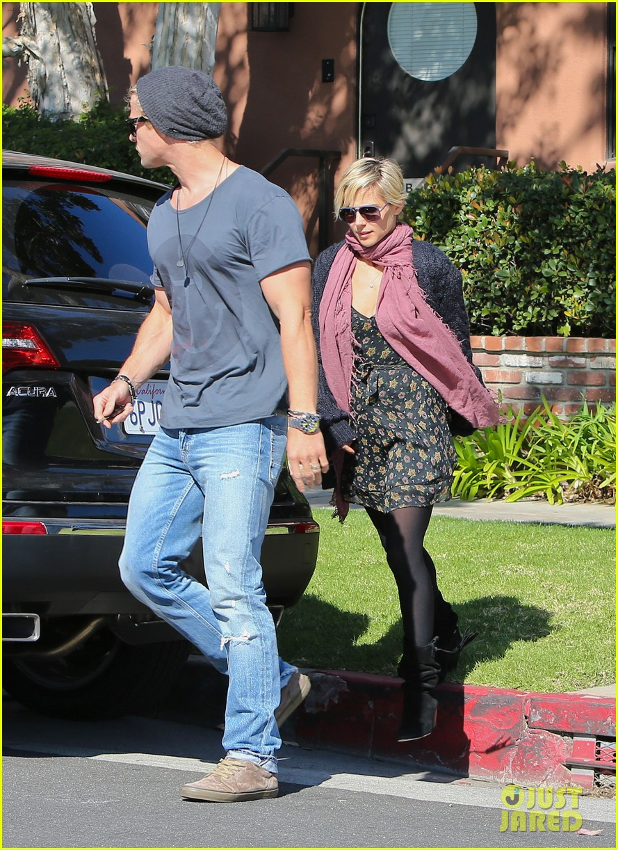 chris hemsworth elsa pataky doctors visit with india 05