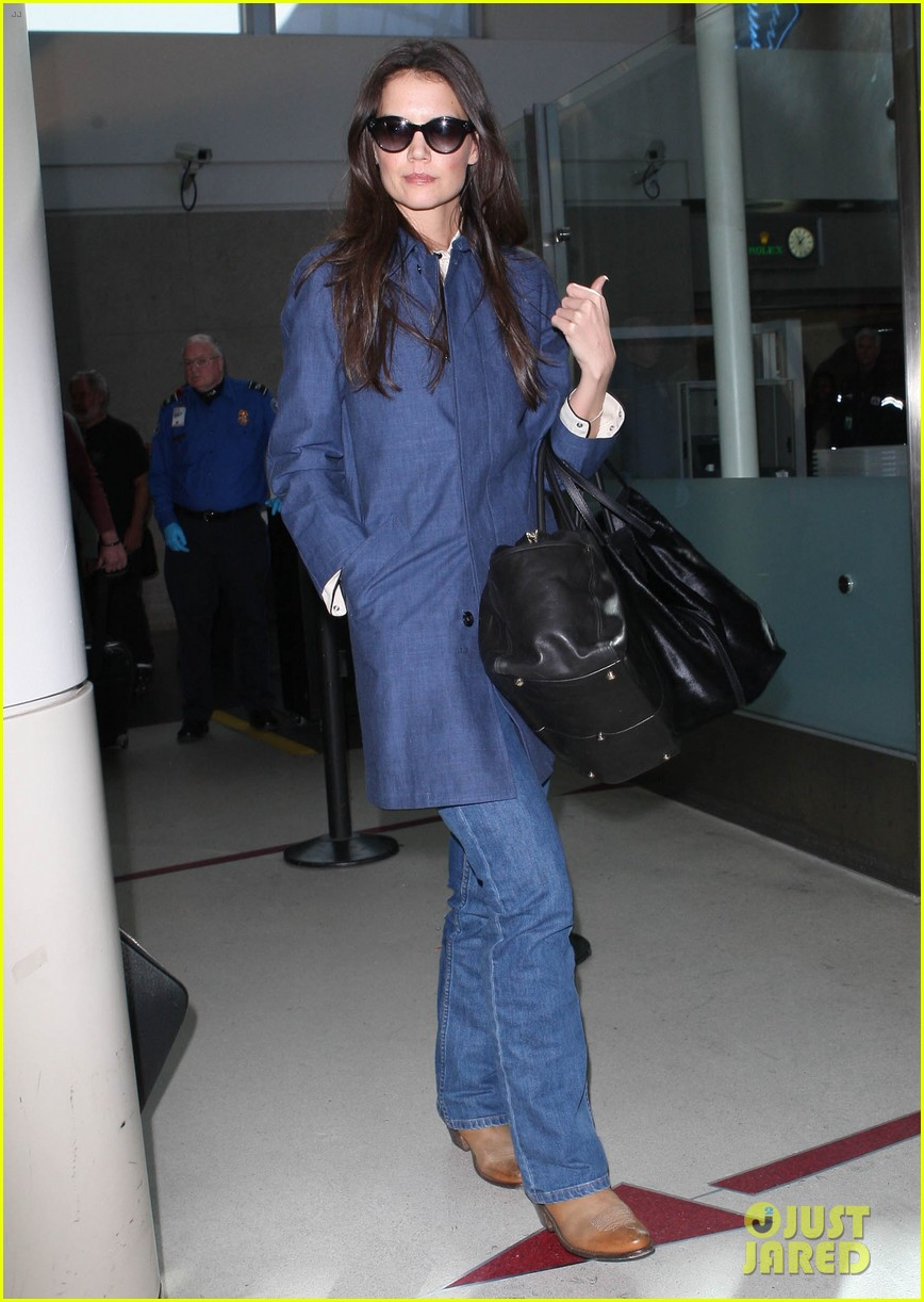 katie holmes flies from jfk to lax 01