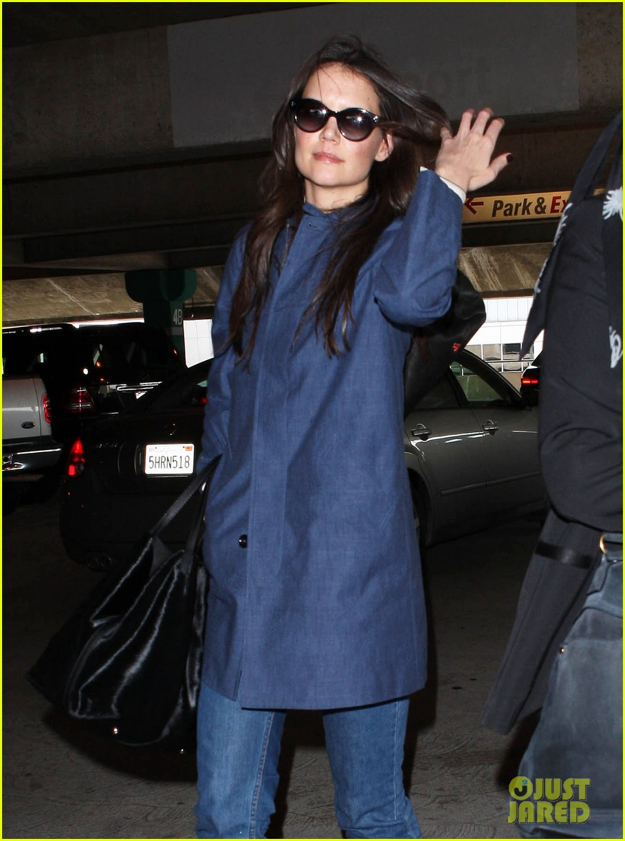 katie holmes flies from jfk to lax 02