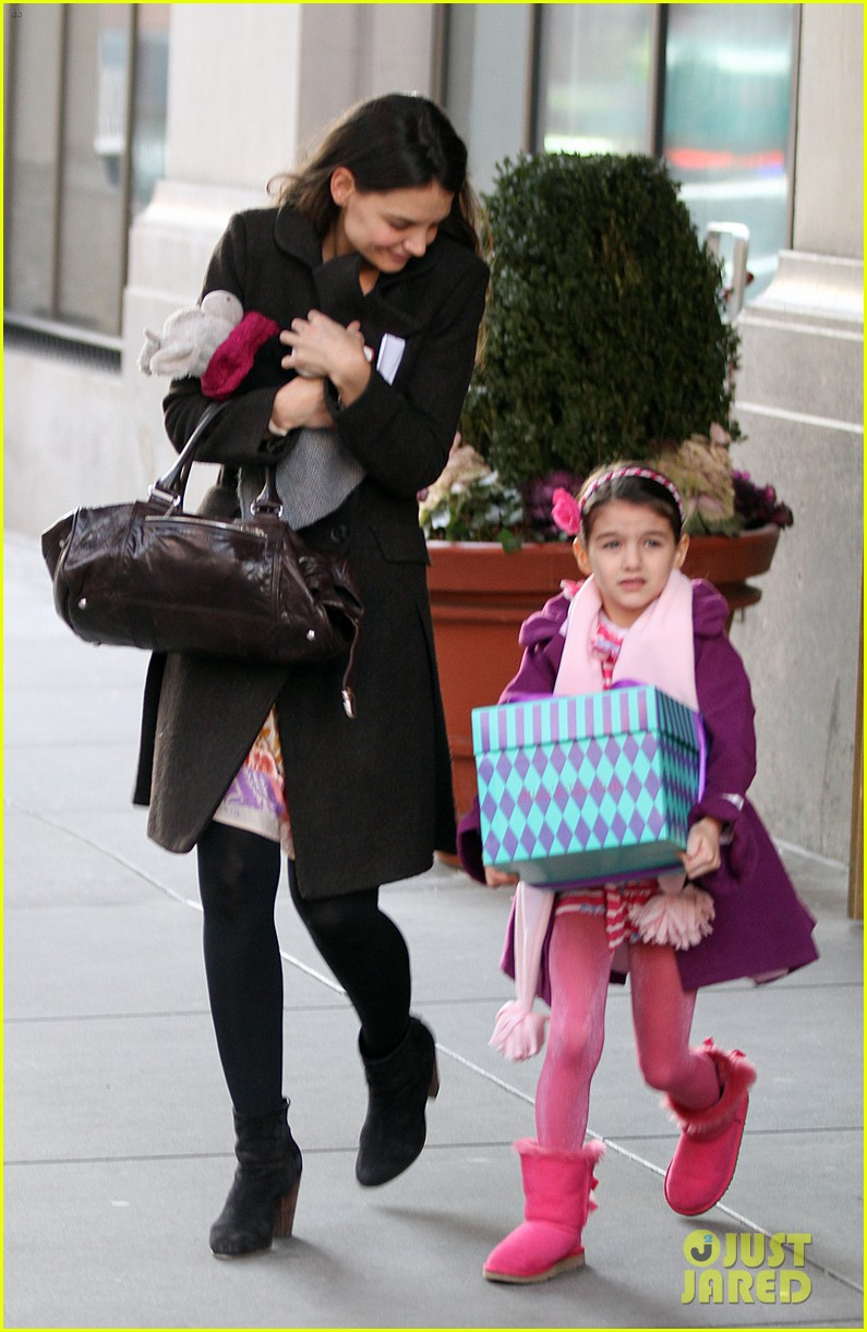 katie holmes celebrates with suri gets breakfast with lawyer 01
