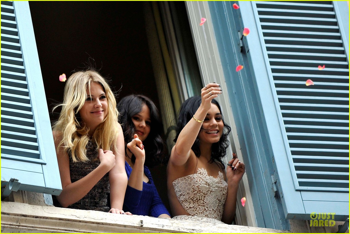 vanessa hudgens ashley benson spring breakers kisses in rome 12