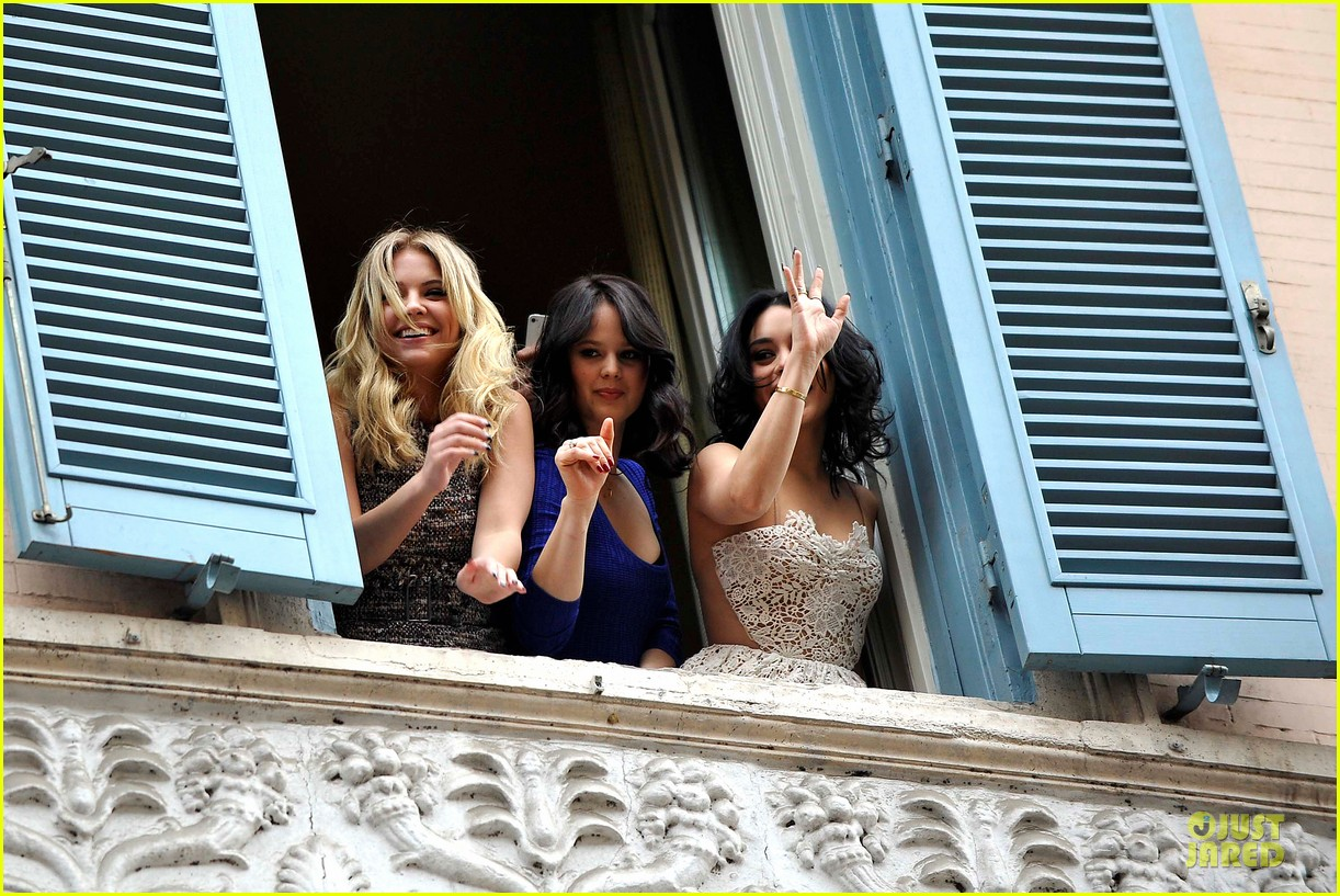 vanessa hudgens ashley benson spring breakers kisses in rome 21
