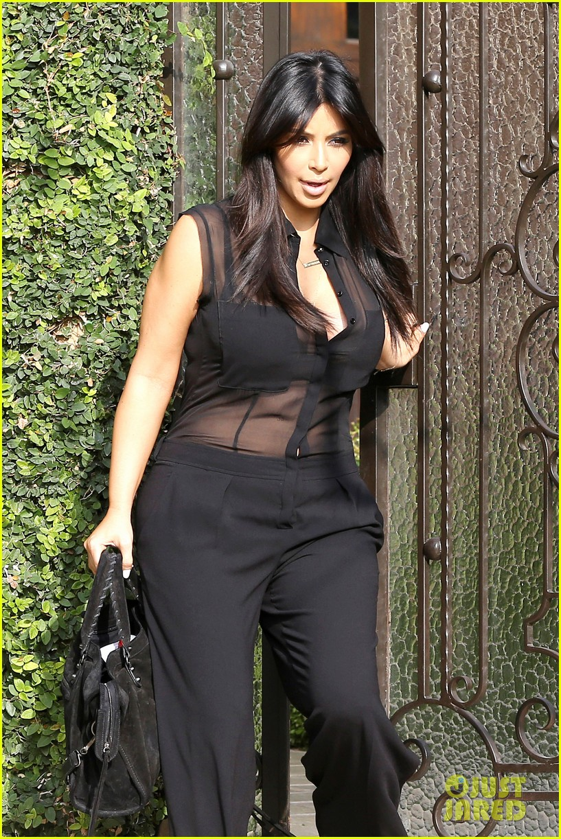 kim kardashian pregnant in sheer top en route to airport 02