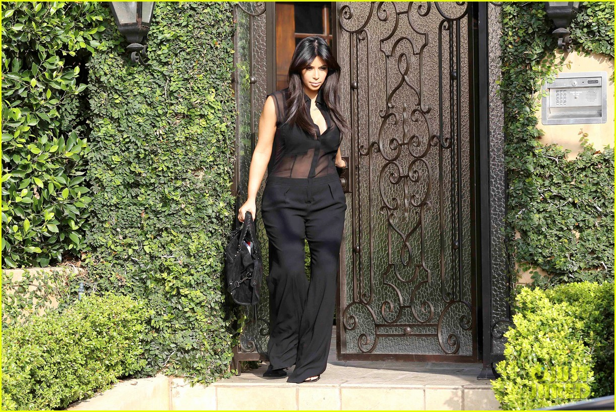 kim kardashian pregnant in sheer top en route to airport 03