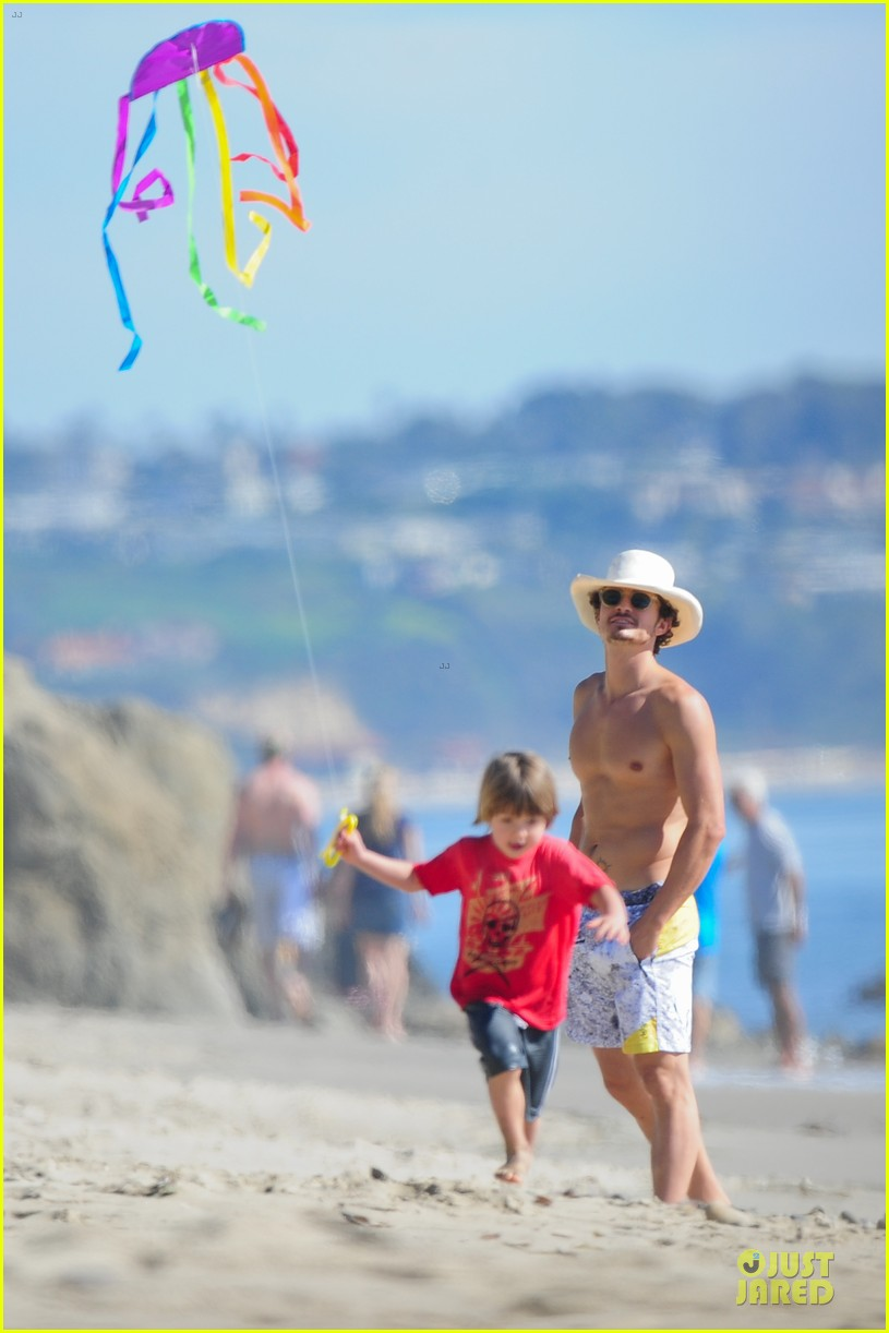 miranda kerr orlando bloom kite flying with flynn 14