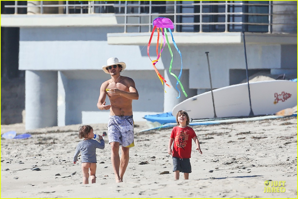 miranda kerr orlando bloom kite flying with flynn 20