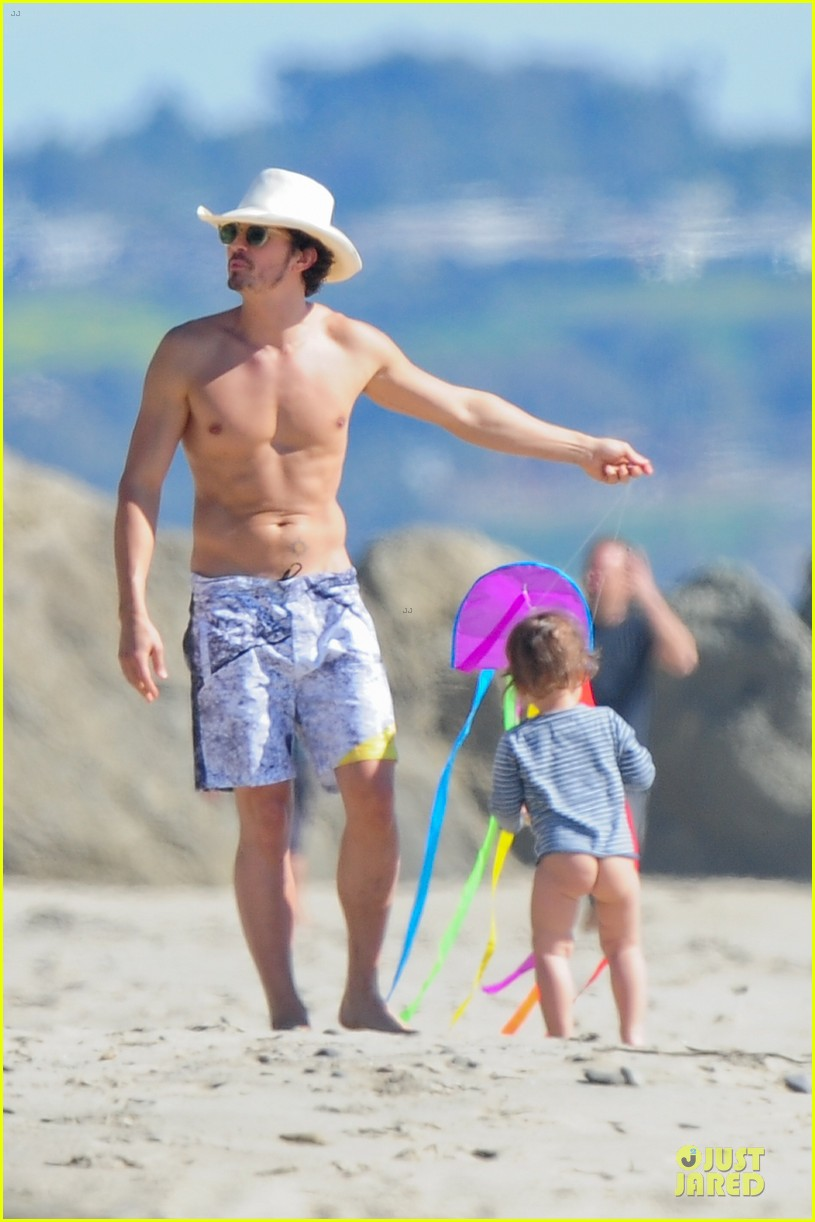miranda kerr orlando bloom kite flying with flynn 21