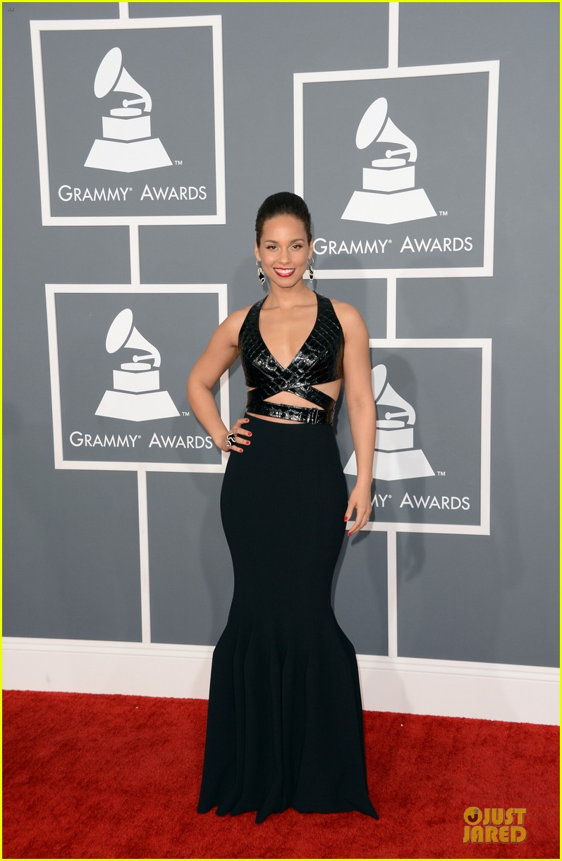alicia keys swizz beatz grammys 2013 red carpet 01
