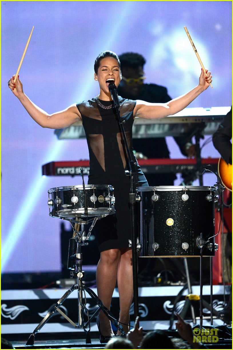 alicia keys maroon 5 grammys 2013 performance watch now 012809544