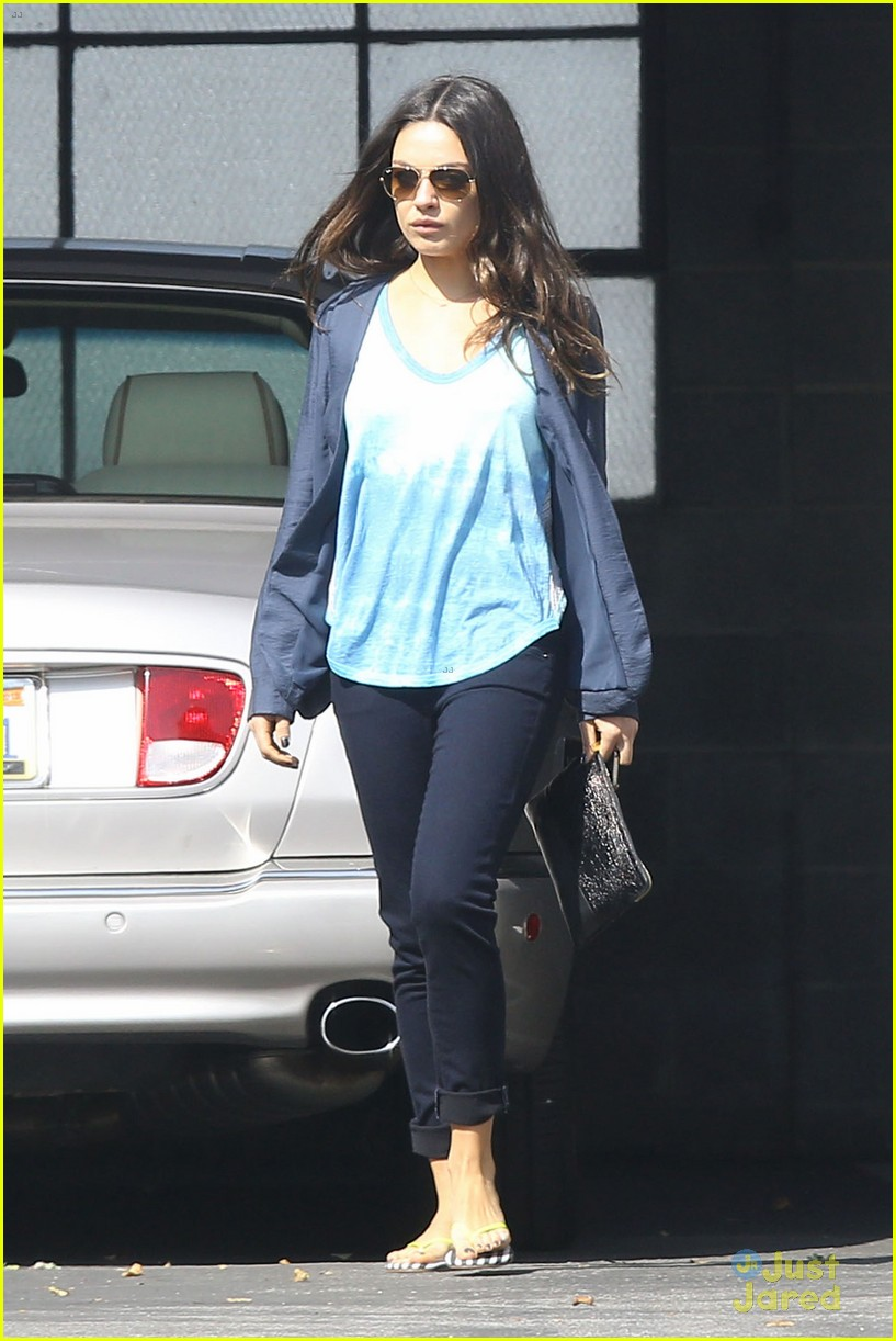 mila kunis plans on choosing motherhood over hollywood 052814775