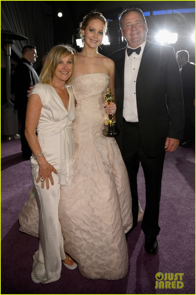 jennifer lawrence mobbed by family post oscars win 02